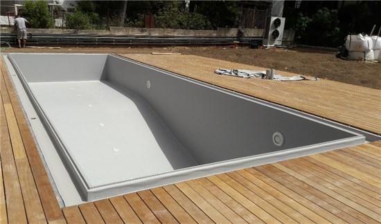 Πισίνα προκάτ με περιμετρική υπερχείλιση και liner γκρι στην Εκάλη - Έργο 5 1